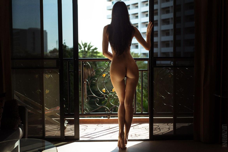 Femme cheveux noirs nue fesses