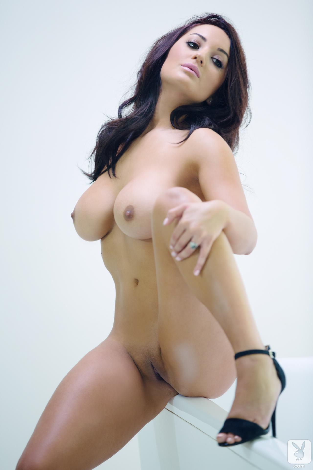 Femme nue montrant sa vulve