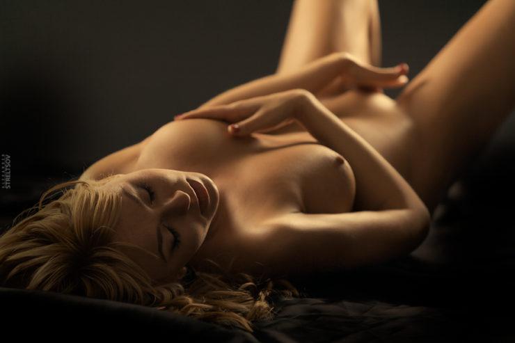 Femme nue avec de baux seins